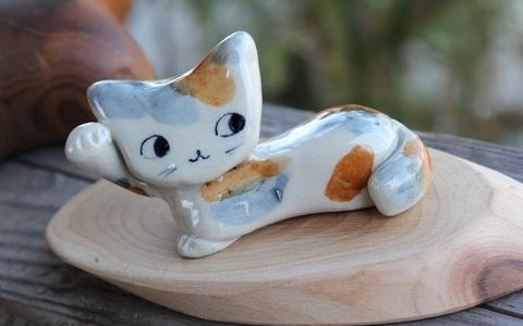 キュートな1点もの! 手びねり猫(右手招き)箸置きB(陶器製)