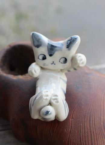 キュートな1点もの! 手びねり猫(左手招き)シマ猫箸置きB(陶器製)