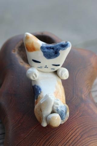 キュートな1点もの! 手びねり猫(両手招き)三毛猫箸置き(陶器製)