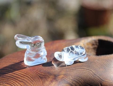 ちまっと可愛い! うさぎと亀 手彫り水晶(さざれセット付き)