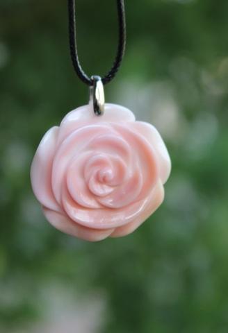 セール特価! 超稀少 クィーンコンクシェル 手彫り薔薇のペンダント