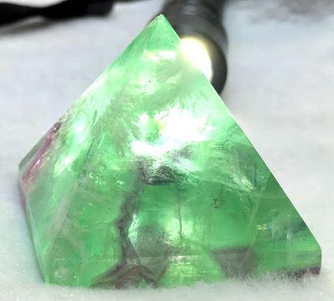 6/1日、1点限定! 空間の浄化と心の癒しに。ピラミッドパワー!「グリーンとパープルが美しい不思議な石」 厳選【フローライトピラミッド】縁起の良いエンジェルフェザー入り!