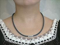 健康ネックレス 首用シリコン製 フリーサイズ 装着例(黒)