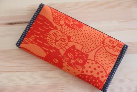 たくさん入る長財布赤い猫