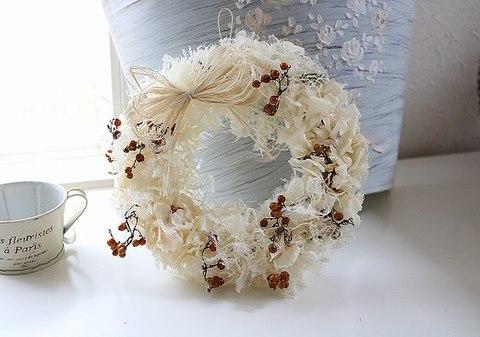 木の実の白いシンプルリース
