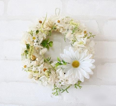 白いお花たちとグリーンのさわやかリース