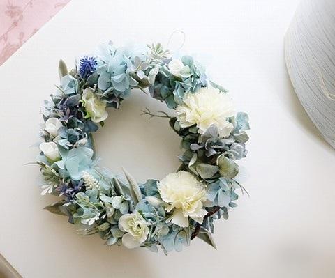 カーネーションとバラの淡いブルーのリース