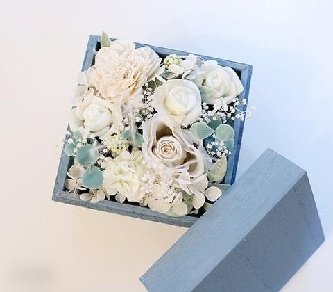 ウッドボックス入り白いお花たち