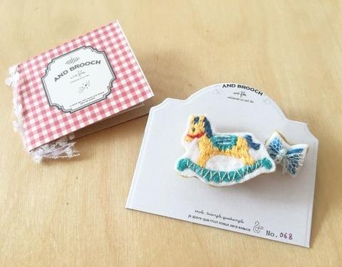 木馬と小さなリボンの刺繍ブローチ