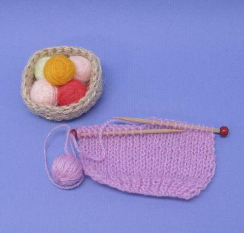 編みかけセーターと毛糸玉バスケット