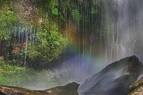 八岳の滝に架かる虹