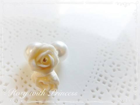 白い薔薇のピアス