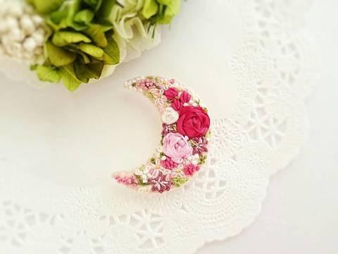 刺繍のブローチ*お月様*ピンクローズ