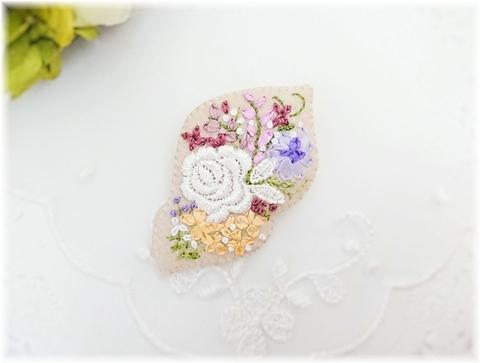 刺繍のブローチ*白いバラ&ベージュ