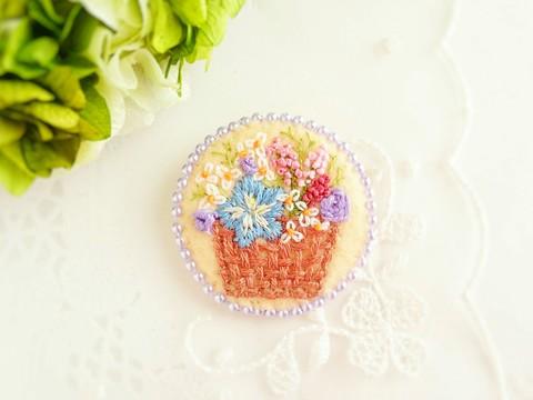 刺繍のブローチ*花かご*ライトオレンジ