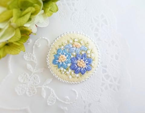 刺繍のブローチ*ブルーのお花*イエロー