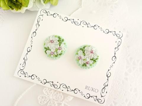 刺繍のピアス*お花*ライトグリーン