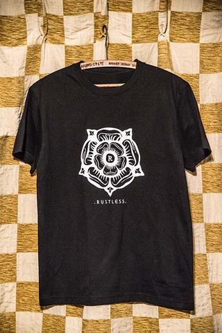 ラストレス 「チューダー・ローズ」Tシャツ
