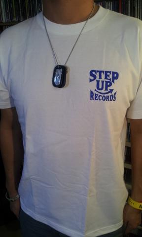 STEP UP ロゴT-SHITS ホワイト x ブルー