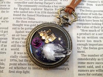 懐中時計のレジンネックレス・汽車と水晶
