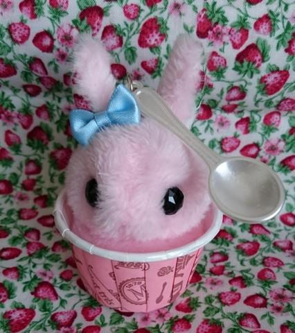 うさぎカップアイスクリーム(ストロベリー)キーホルダー
