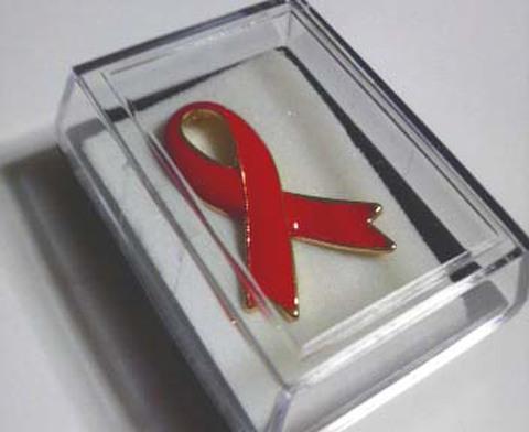 STOP AIDSチャリティーレッドリボンバッジ(大)