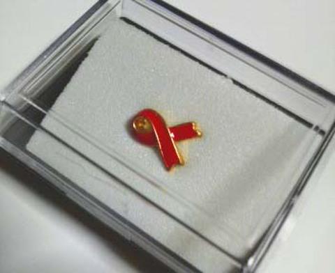 STOP AIDSチャリティーレッドリボンバッジ(小)