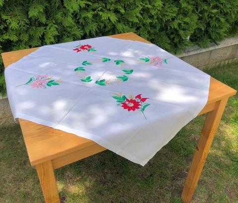 刺繍のテーブルクロス 79 x 81cm