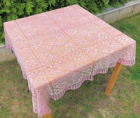 ピンクのレース編みのテーブルクロス