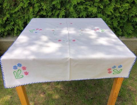 刺繍のテーブルクロス 112 x 76cm