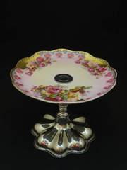 ヴィクトリア時代らしい薔薇モチーフのケーキスタンド