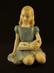 ロイヤルドルトン|本を読むアリスのフィギュア