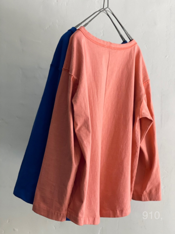 CLOSELY -CLICKPEBBLE  back slit tee