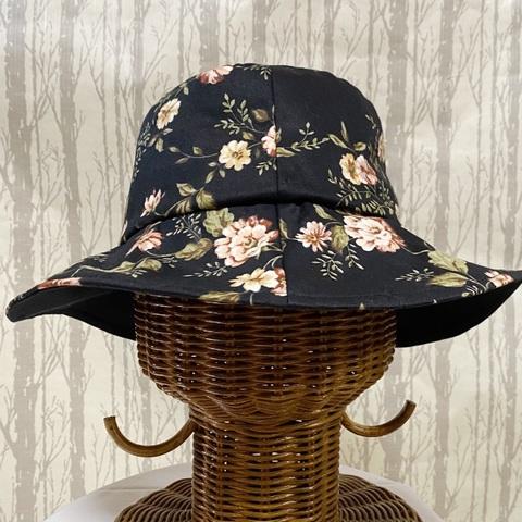 黒地 花柄プリント たためる帽子