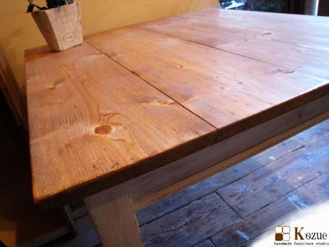 シャビー,アンティークなテーパーレッグのパインダイニングテーブル