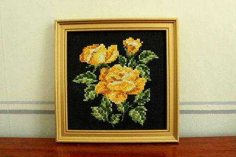 黄色いバラの刺繍パネル(額縁入り)