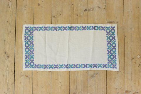スウェーデンで見つけた青いお花の刺繍クロス(57×28cm)