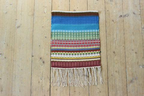 Min Favorit Design YKRのカラフル手織りタペストリー(小人と森)