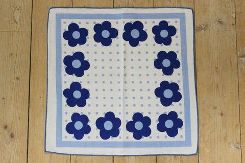 スウェーデンで見つけた青いお花柄のレトロプリントファブリック(38.5×38.5cm)