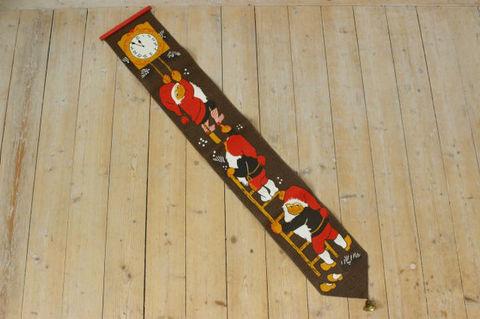 スウェーデンで見つけたトムテと時計のタペストリー(17×113cm)