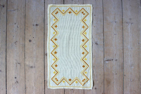 スウェーデン刺繍/レトロなお花模様の刺繍のクロス(黄色)