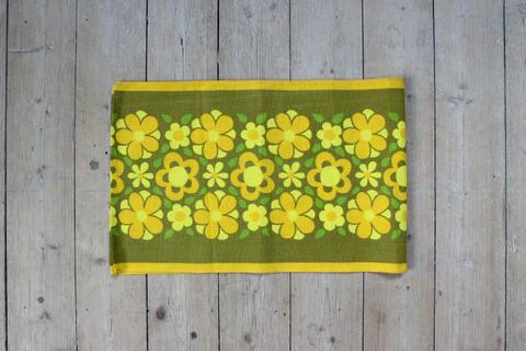 黄色いお花柄のレトロプリントクロス