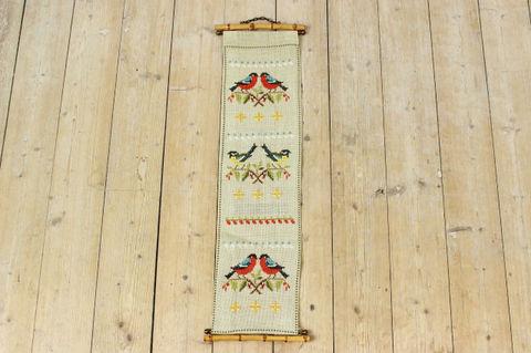 スウェーデンで見つけた赤と黄色の鳥のタペストリー(15.5×64cm)