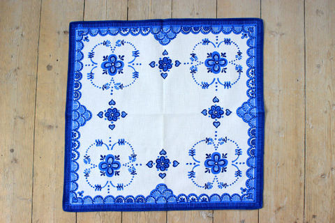 青いお花のレトロプリントクロス