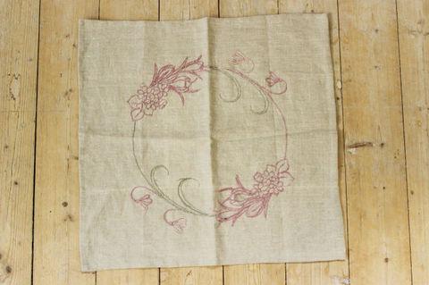 スウェーデンで見つけたリネン素材のピンクのお花の刺繍クロス(46×45cm)
