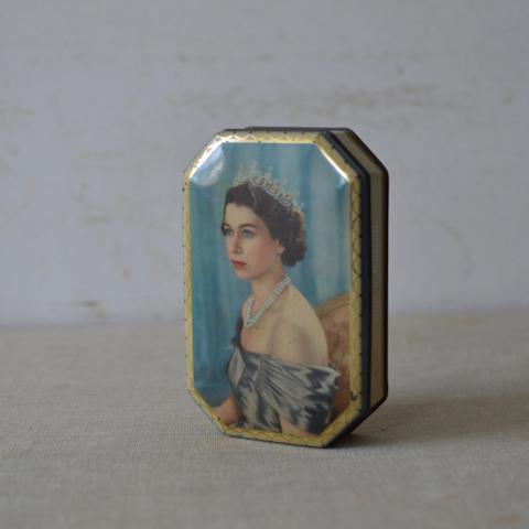 エリザベス女王の古いブリキ缶