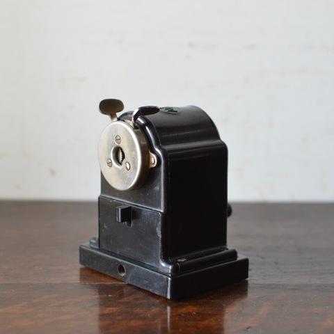 旧東ドイツAlfred Schneider社製の鉛筆削り(クランプ付き)