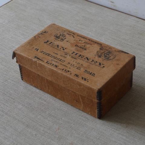 厚みのある古い紙箱