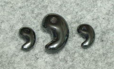 ヘマタイト古代勾玉3個セット(ポーチ・革ひも付き)