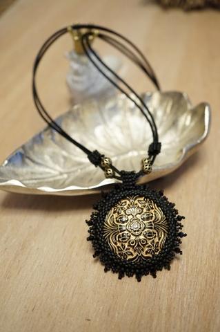 アラベスク模様のペンダント(ブラック)